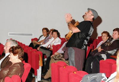 """Luis  """"O Caruncho"""" rodeado de público"""
